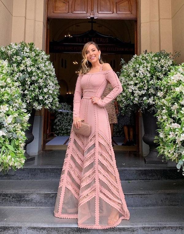 Lele Saddi de vestido longo rosa no casamento religioso de Thàssia Naves.
