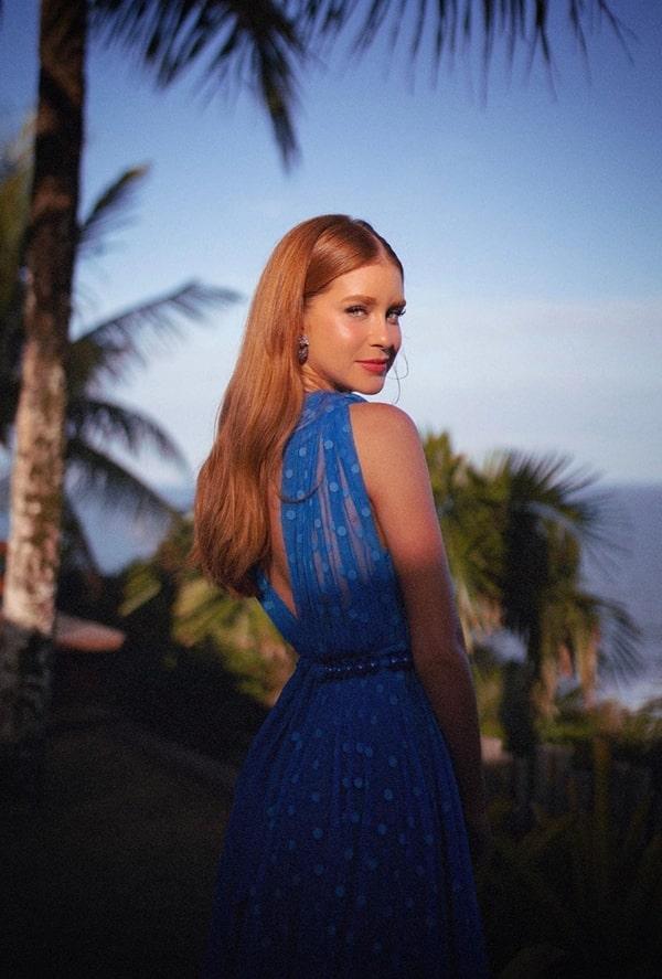 Marina Ruy Barbosa vestido longo azul casamento na praia