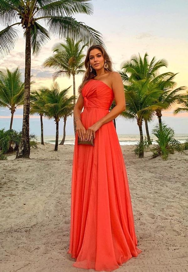 vestido longo coral para casamento na praia