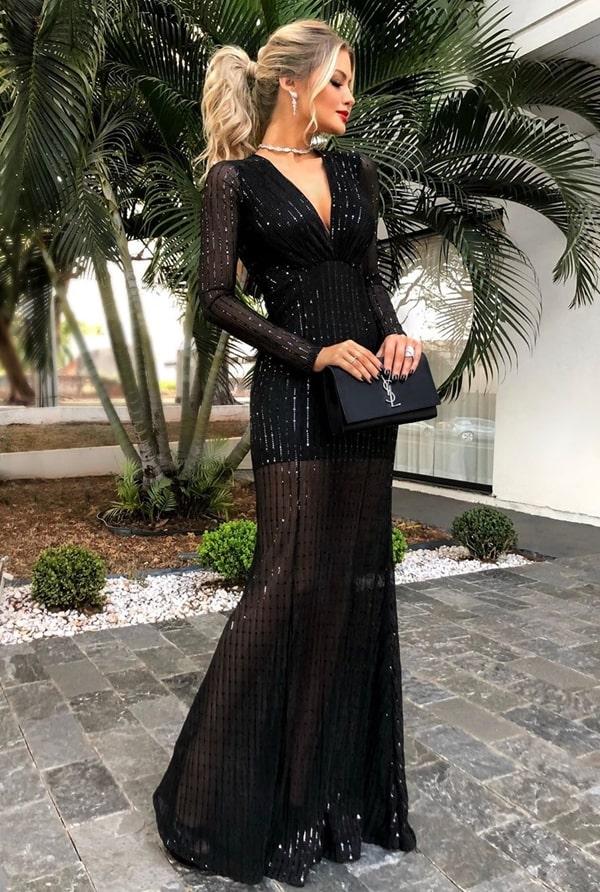 vestido longo preto com transparência na saia e manga longa