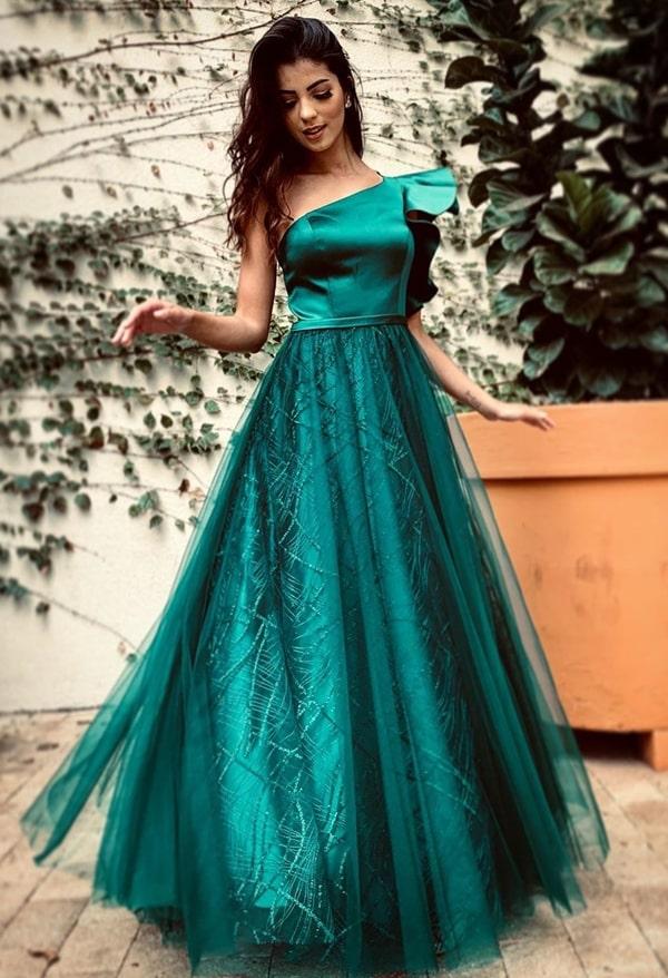 vestido de um ombro só verde com babado para madrinha de casamento