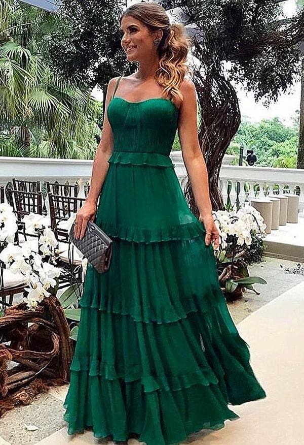 Ariane Canovas de vestido longo verde para madrinha de casamento