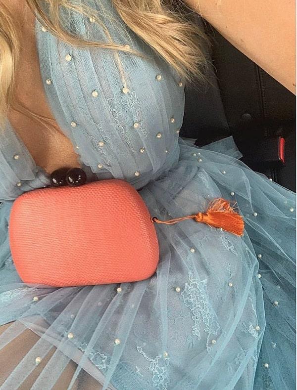 Como combinar a clutch com o vestido azul serenity