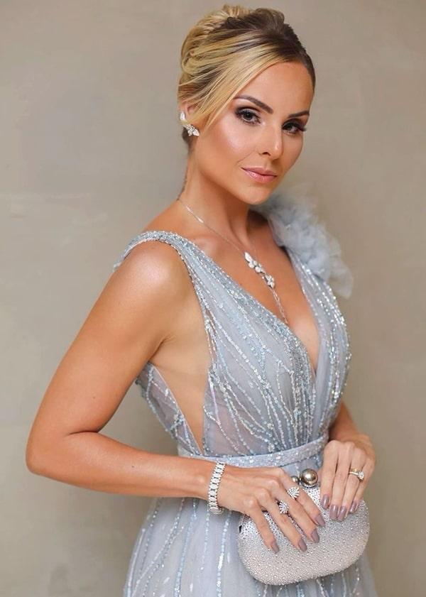 Layla Monteiro vestido de festa prata azulado detalhes jóias e clutch