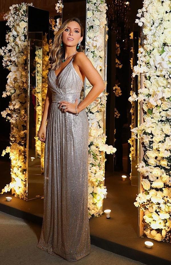 Lele Saddi vestido de festa longo prateado Dolce Gabbana no casamento de Thassia Naves