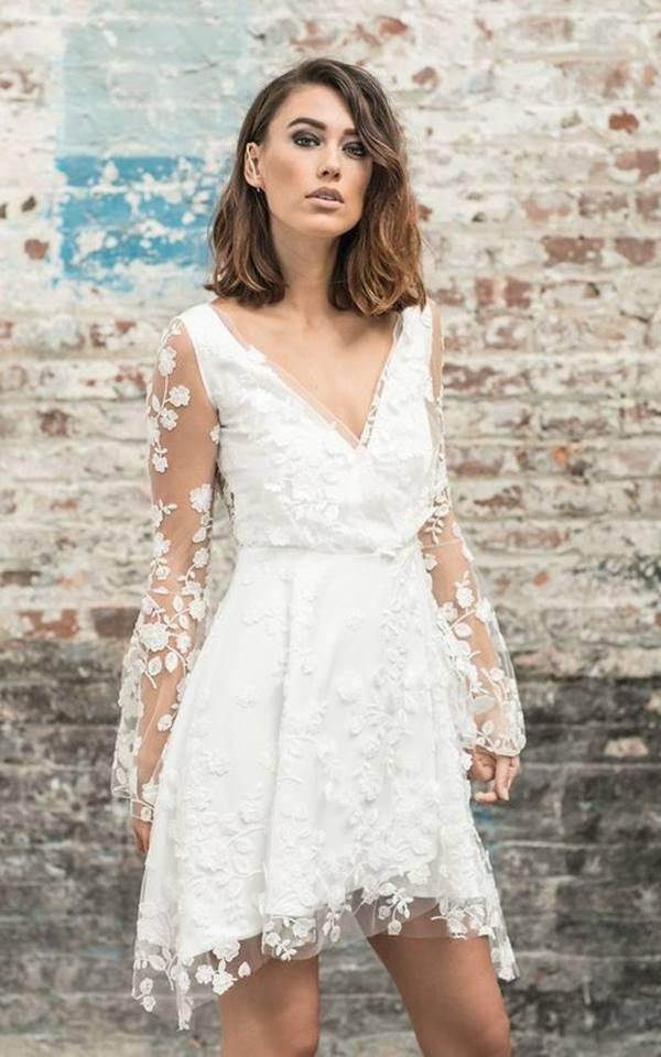 vestido branco curto com manga rendada para noivado