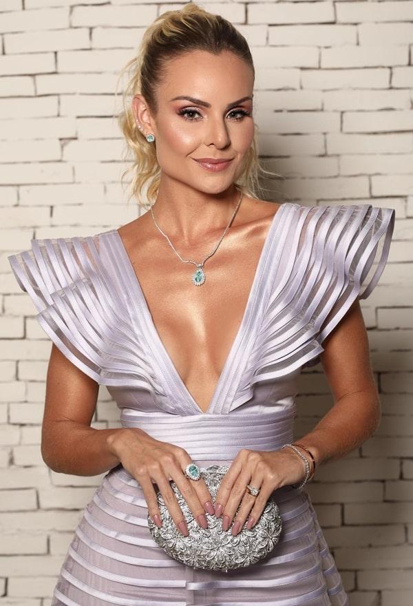 Layla Monteiro de vestido de festa lilás. Clutch e jóias