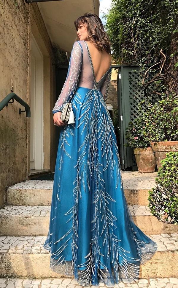 vestido de festa longo azul com manga longa e decote nas costas para formatura 2020