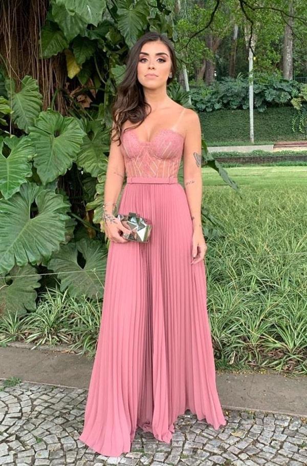 vestido de festa longo rosa fluido com saia plissada e corpete estruturado