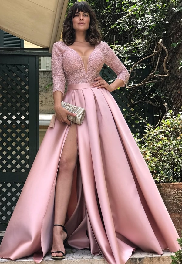 vestido de festa longo rosa estilo princesa com fenda e manga