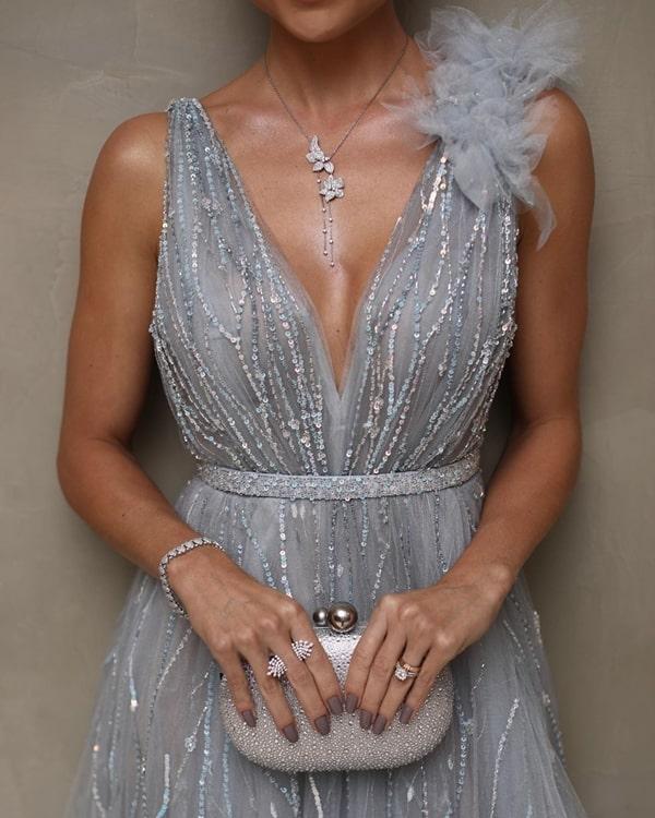 vestido de festa cinza prateado com clutch prata