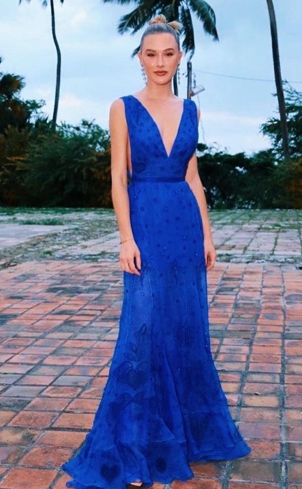 Fiorella Mattheis de vestido longo azul bic para madrinha de casamento