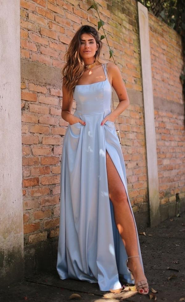 vestido longo azul claro com fenda para convidada de casamento