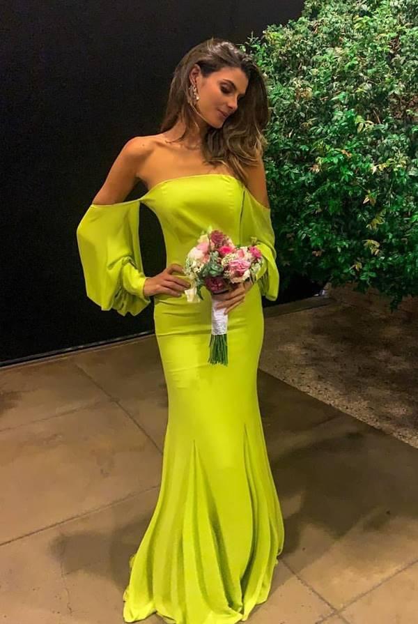 vestido longo neon para casamento durante o dia