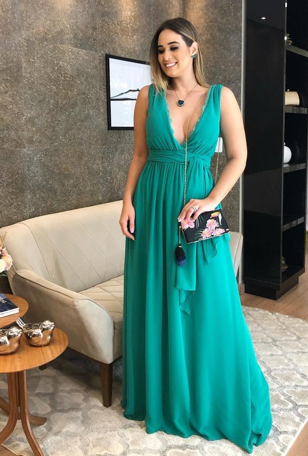 vestido de festa longo verde para convidada de casamento durante o dia