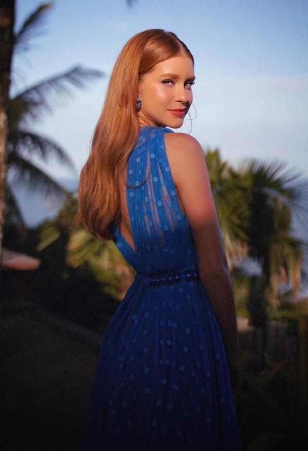 Marina Ruy Barbosa vestido de festa azul madrinha de casamento na praia