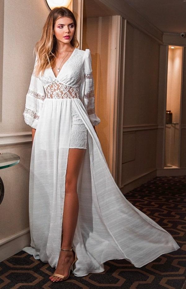 vestido branco com manga longa e fenda