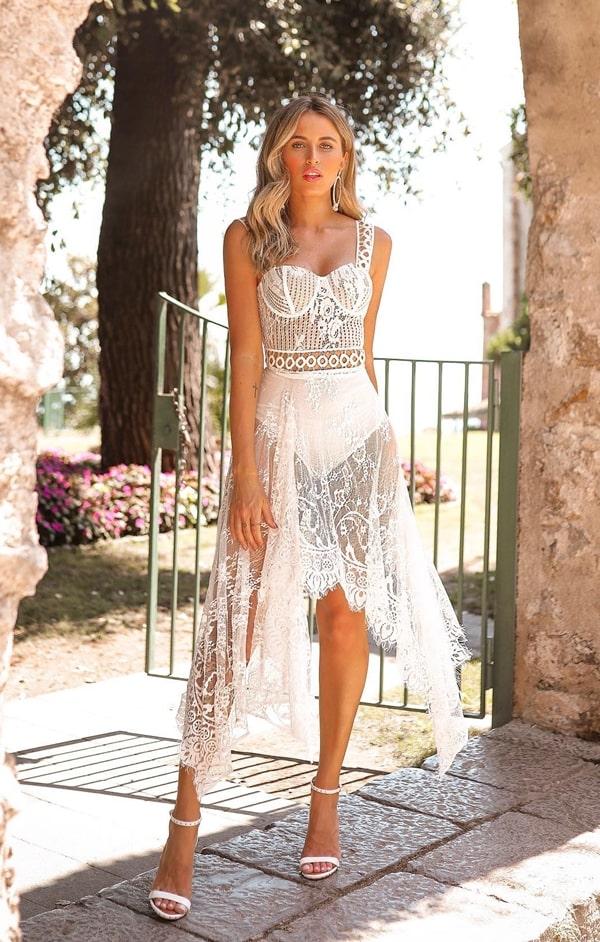 vestido branco midi rendado com transparência nas pernas para reveillon