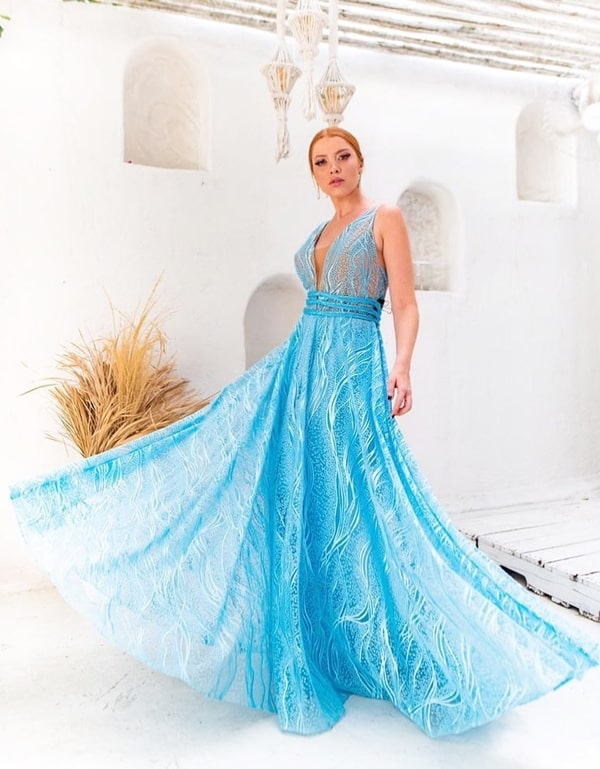 Vestido longo azul tiffany rendado com uma leve transparência