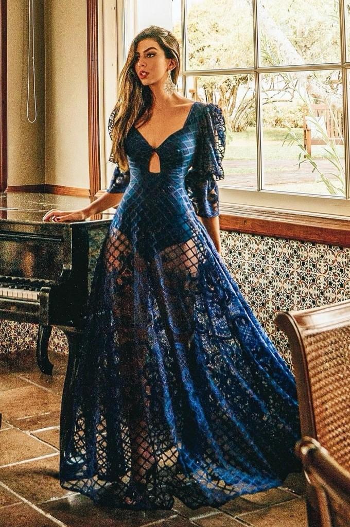 vestido de festa azul marinho com transparência nas pernas e manga longa bufante