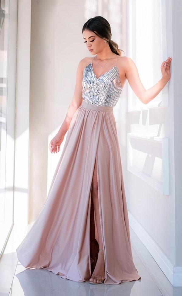 Vestido longo para convidada com a parte superior bordada em paetês e saia fluida com fenda