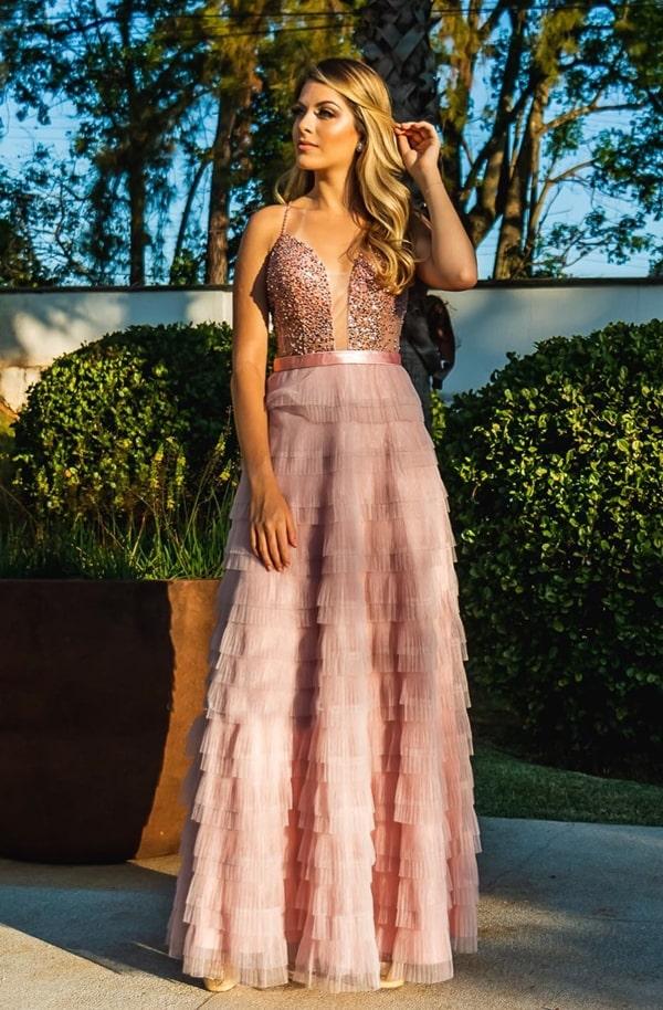 Vestido de festa longo rose com saia de babados e parte superior bordada