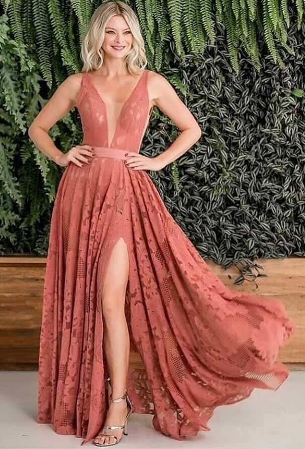 Vestido de festa em tom terroso de renda com saia ampla e fenda para madrinha de casamento