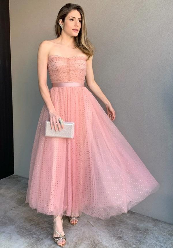 vestido de festa midi rosa com estampa de micro bolinhas poás