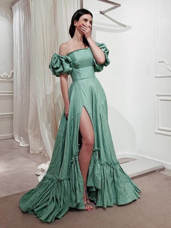 vestido de festa verde floha com manga bufante e fenda