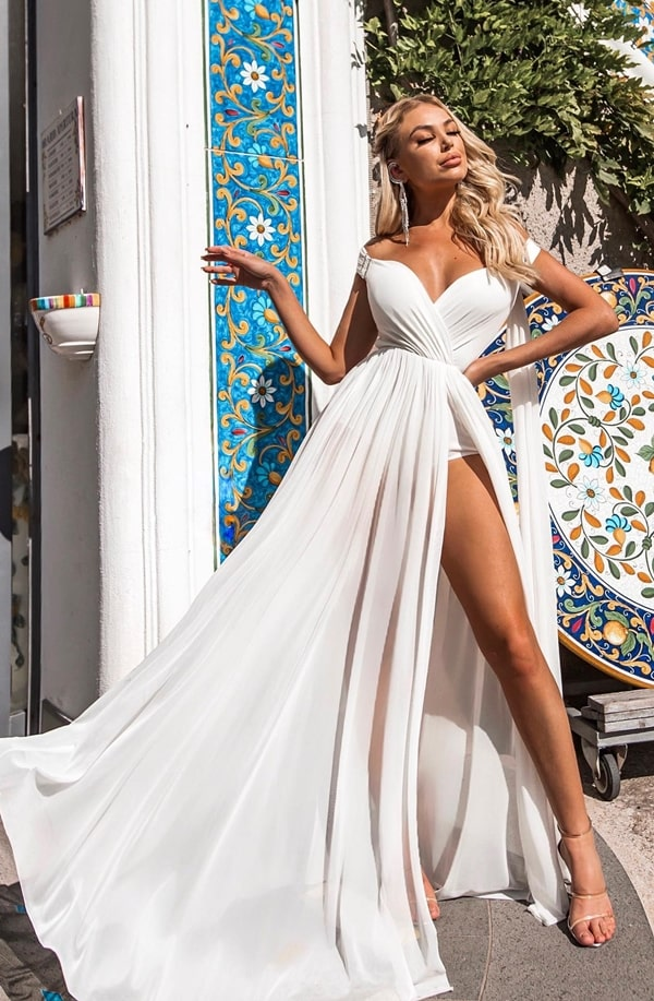 vestido longo branco com fenda e decote ombro a ombro