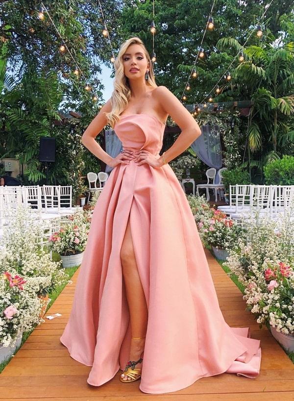 vestido de festa rosa estilo princesa com fenda para madrinha de casamento