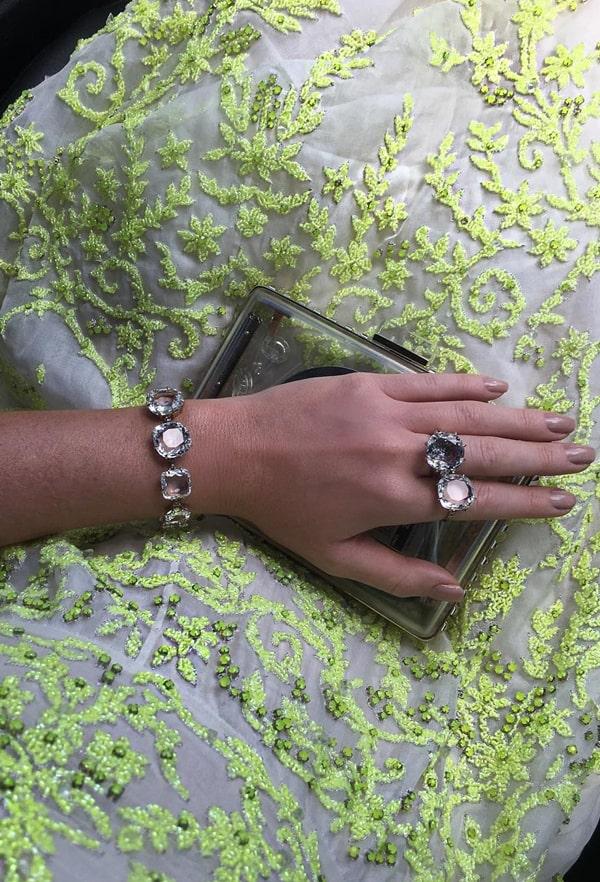 Marina Ruy Barbosa usado clutch de acrílico com vestido de festa verde neon