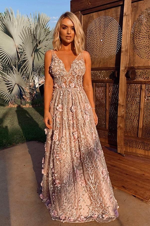 Rafa Kalimann de vestido de festa longo rosa com bordado 3D