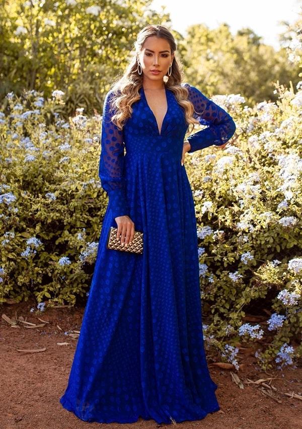 vestido longo azul royal com estampa de poás e manga longa