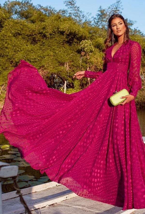 vestido de festa longo fúcsia com manga longa e  estampa de poás