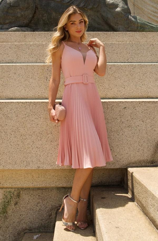 Vestido rosa midi plissado com cinto de tecido