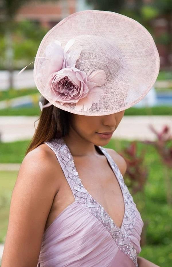 chapéu para madrinha de casamento ao ar livre