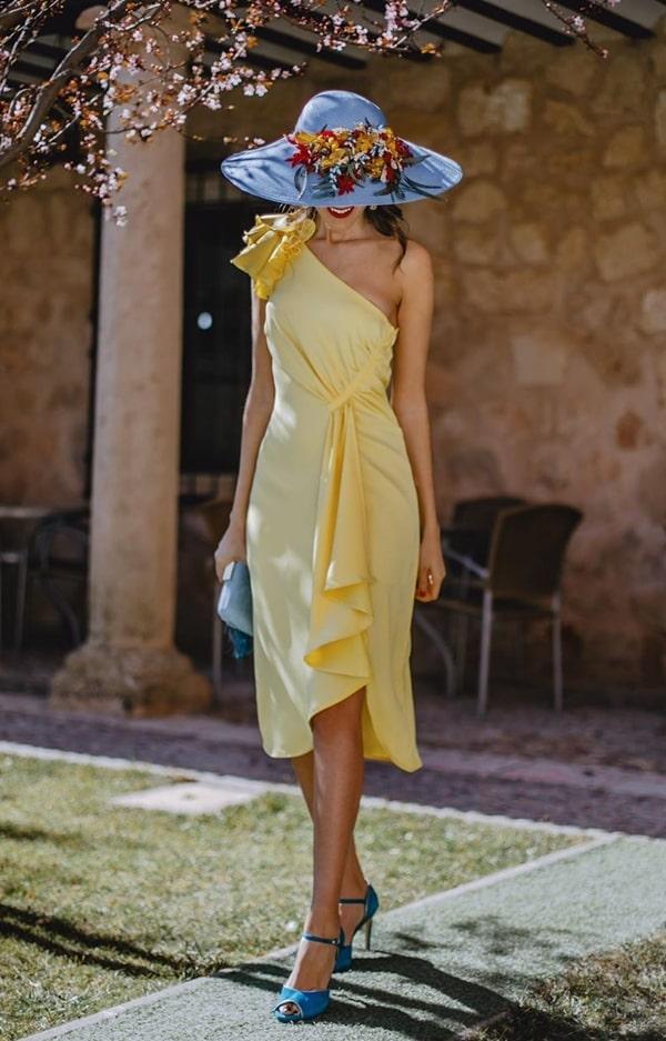 chapéu com flores e vestido midi para casamento ao ar livre