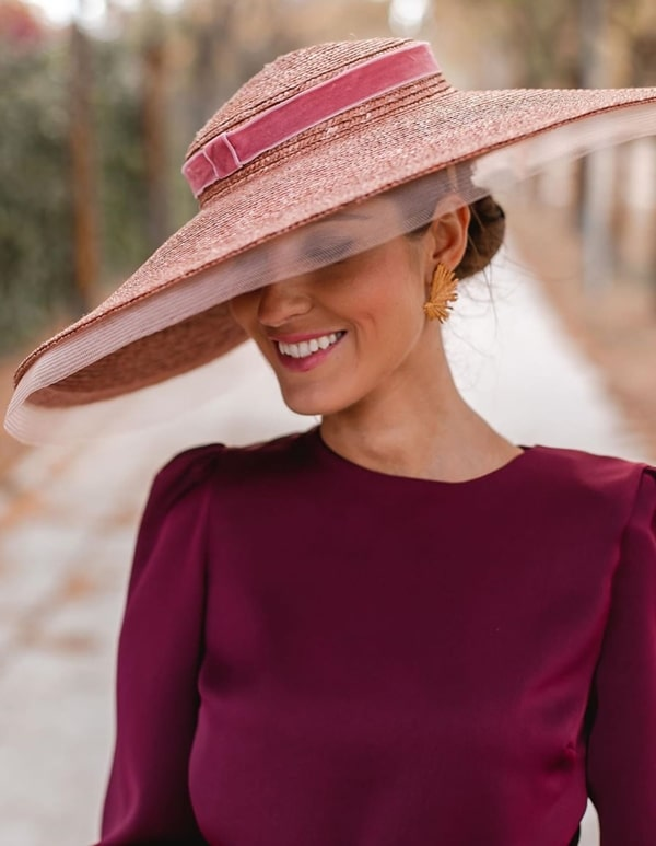 chapéu com aba larga  para casamento ao ar livre