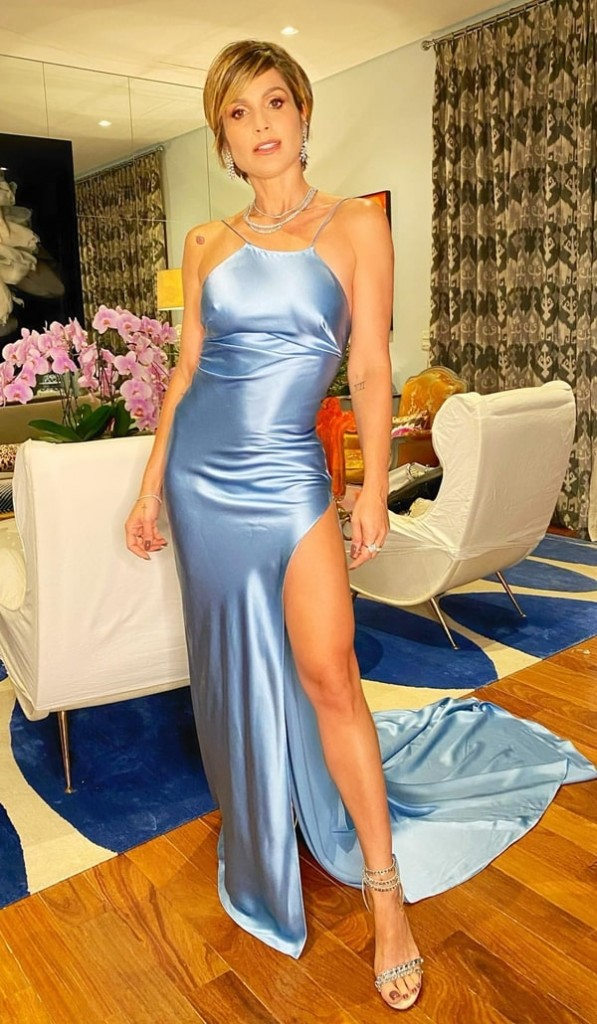 Flávia Alessandra vestido de festa de cetim azul claro