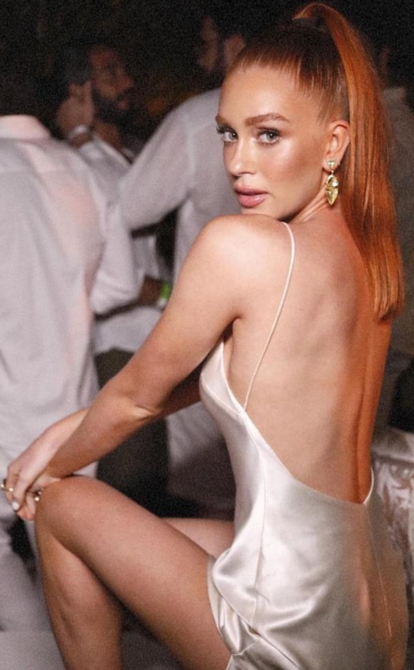 Marina Ruy Barbosa vestido de festa branco de cetim com decote nas costas