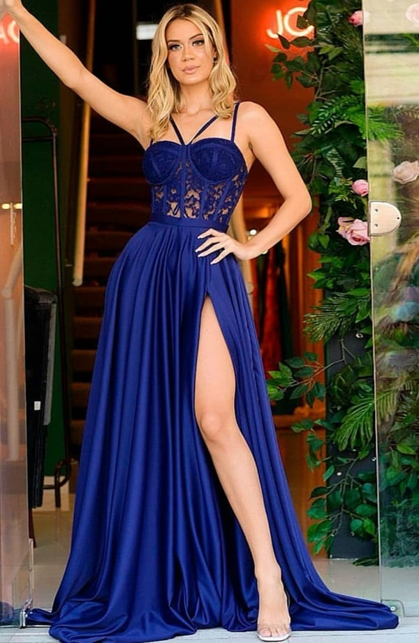 vestido longo azul royal com fenda e corpete de renda