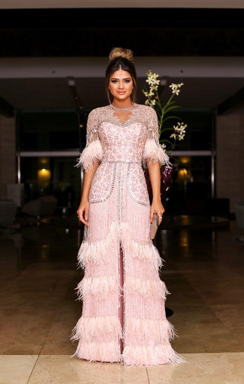 Thássia Naves de vestido de festa com franjas e plumas tendência da moda festa em 2020