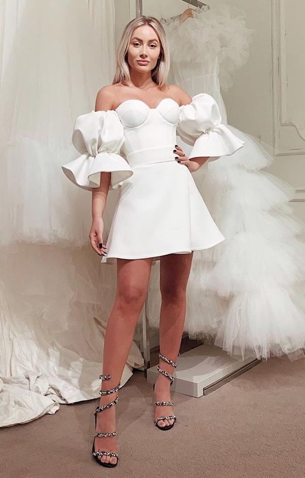 vestido branco curto com mangas bufantes