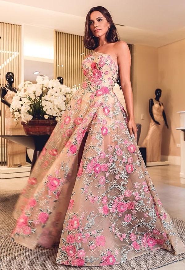 vestido de festa estilo princesa com estampa floral para madrinha de casamento no campo