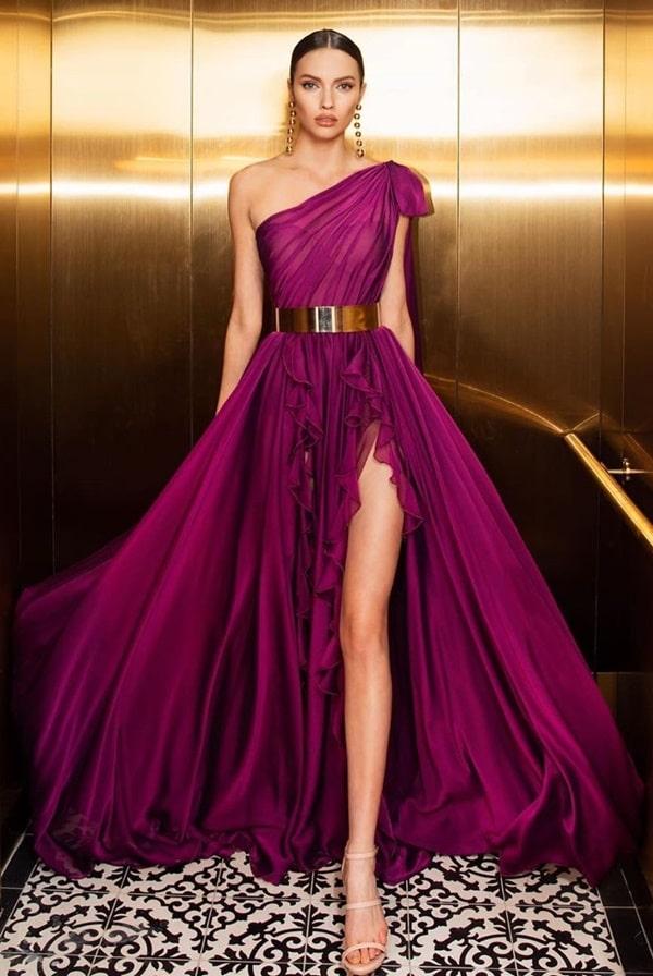 vestido de festa longo fúcsia fluido com um ombro só e fenda