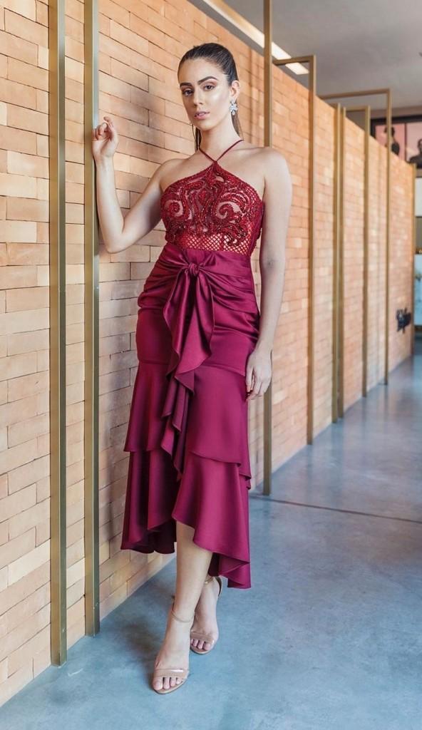 Vestido de festa midi com saia de amarração e bordados na cor vinho