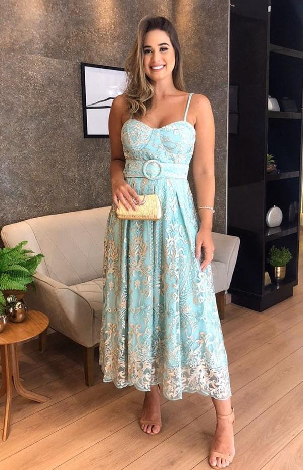 vestido de festa midi verde água tom pastel para convidada de casamento durante o dia