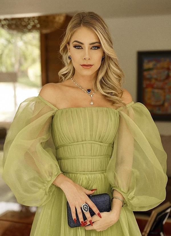 vestido de festa longo verde com manga bufante com transparência