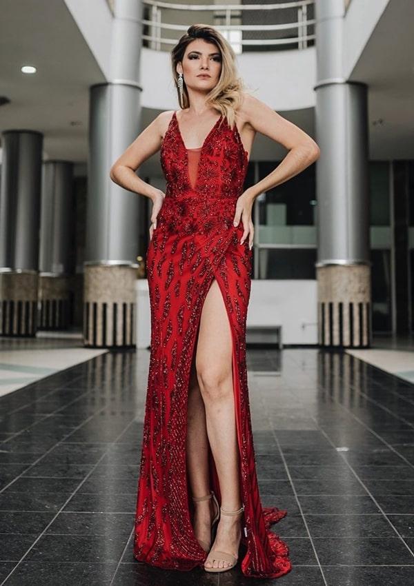 Vestido de festa vermelho todo bordado e com fenda